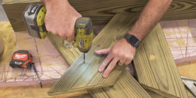 Как сделать скамейку своими руками: положите короткую деталь поверх длинной и прикрепите четырьмя шурупами