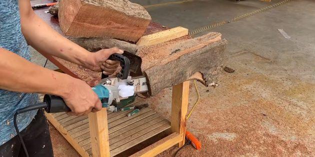 Как сделать скамейку своими руками: теперь спилите нижнюю часть обоих брёвен