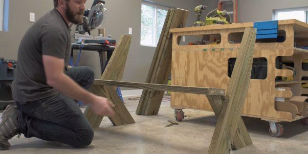 Как сделать скамейку своими руками: поставьте боковины друг напротив друга короткими ножками внутрь и положите сверху доску сиденья