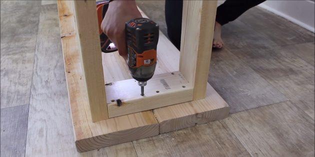 Как сделать скамейку своими руками: прикрепите рамки-ножки к сиденью скамейки шурупами