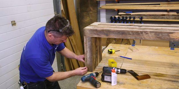 Как сделать скамейку своими руками: прикрепите отрезки досок клеем и шурупами с лицевой стороны каждой из ножек