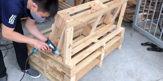 Как сделать скамейку своими руками: из оторванных ранее досок вырежьте по размеру две подпорки и закрепите их по бокам спинки
