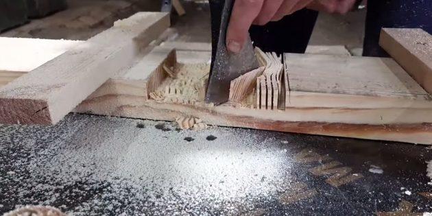 Как сделать скамейку своими руками: выломайте пропиленную древесину стамеской, топором или даже просто ударами молотка