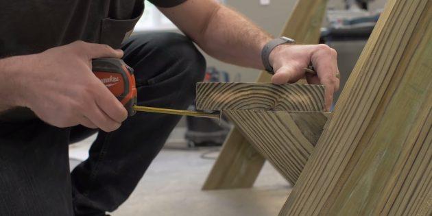 Как сделать скамейку своими руками: сдвиньте деталь вперёд так, чтобы она выступала примерно на 40мм