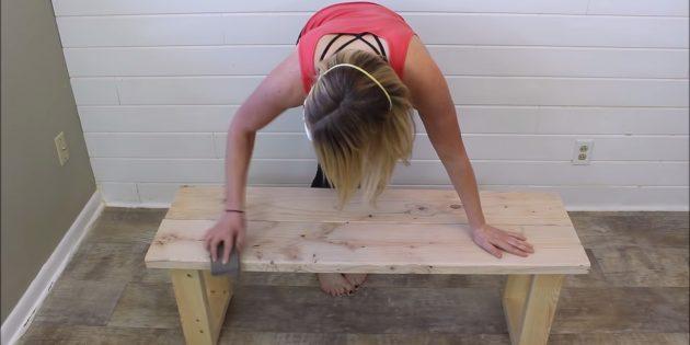 Как сделать скамейку своими руками: переверните изделие и хорошенько обработайте шлифмашинкой или шкуркой
