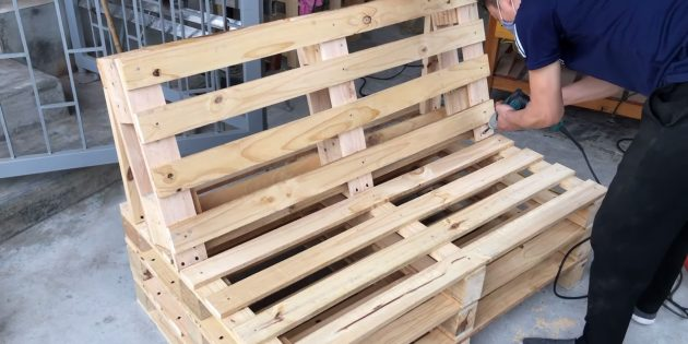 Как сделать скамейку своими руками: ещё по два самореза вкрутите спереди спинки, соединив её с основанием