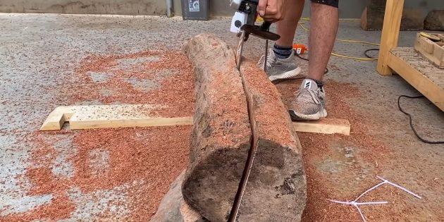 Как сделать скамейку своими руками: Распилите бревно на две части, ориентируясь по меткам