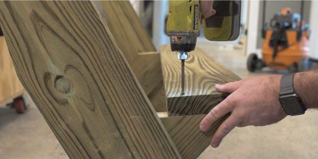 Как сделать скамейку своими руками: вкрутите по два шурупа в каждую ножку