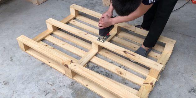 Как сделать скамейку своими руками: возьмите еще два поддона и разрежьте их пополам