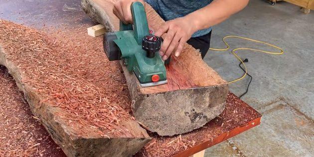 Как сделать скамейку своими руками: обработайте с помощью рубанка поверхности сиденья и спинки