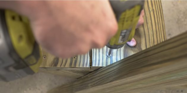 Как сделать скамейку своими руками: установите вторую доску и расположите её с зазорами 5-10мм