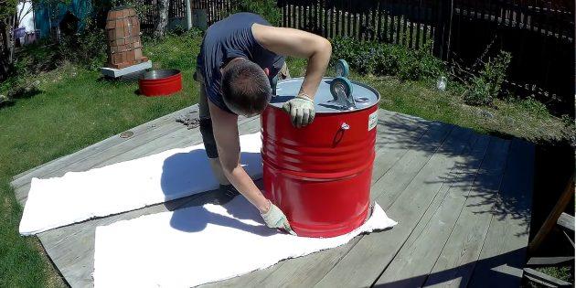 Как сделать тандыр своими руками: Поставьте перевёрнутую бочку на керабланкет и вырежьте по ней два круга