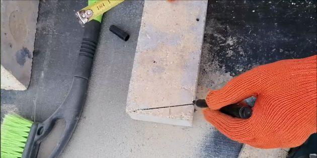Подрежьте кирпичи для третьего ряда