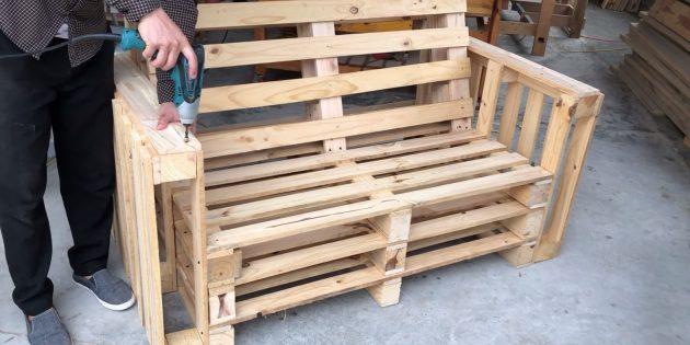 Как сделать скамейку своими руками: поставьте боковины на место и хорошо прикрепите их к основанию и спинке шурупами в нескольких местах