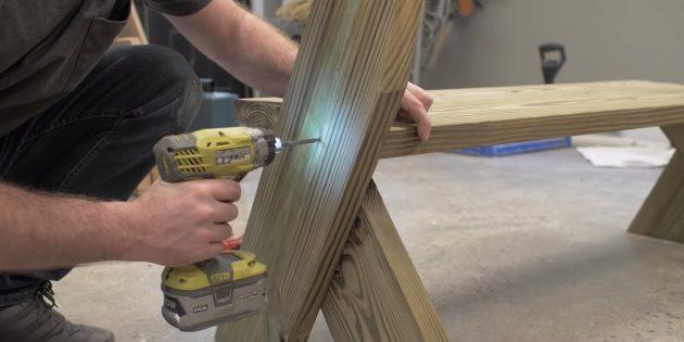 Как сделать скамейку своими руками: добавьте ещё по одному шурупу со стороны боковин