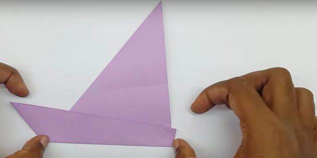 Как сделать кораблик из бумаги: поднимите нижнюю часть заготовки вверх