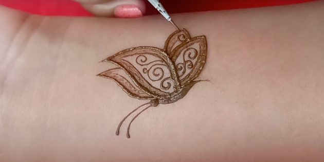 Рисунок бабочки хной на руке: изобразите узор и усики
