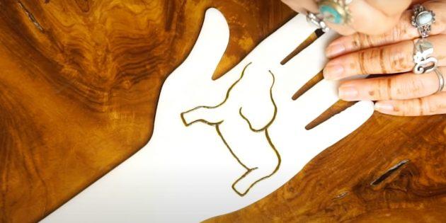 Нарисуйте переднюю ногу и живот хной на руке