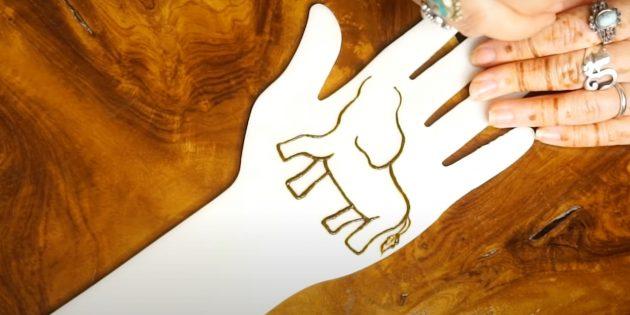 Рисунок слона хной на руке: наметьте хвост и вторую пару ног