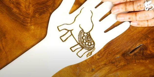 Рисунок слона хной на руке: добавьте узор на спину