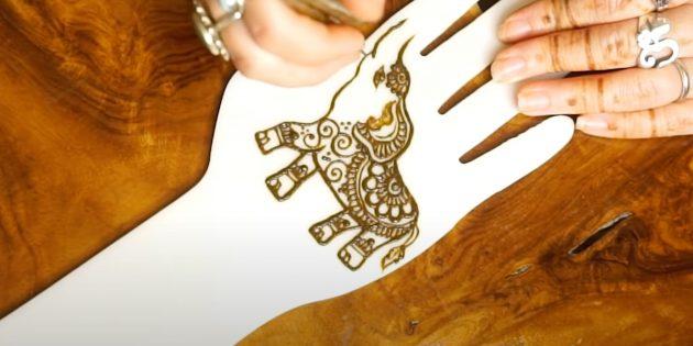 Рисунок слона хной на руке: добавьте узор на ухо и живот