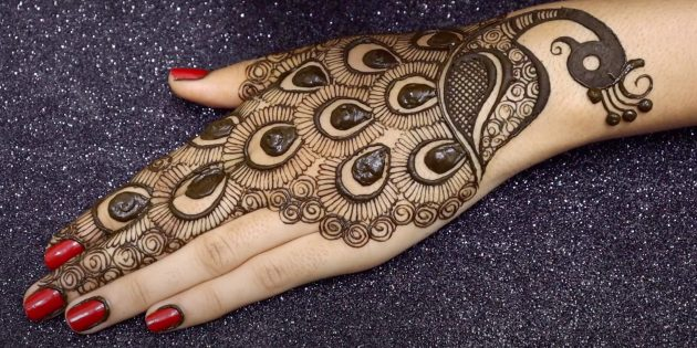 Рисунок павлина хной на руке: изобразите хохолок и добавьте узор