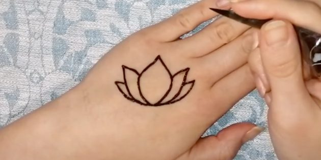 Рисунки хной на руке: наметьте лепестки