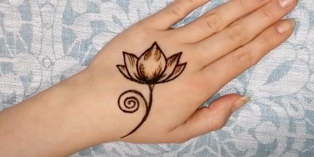 Рисунки хной на руке: нарисуйте ствол и ответвления