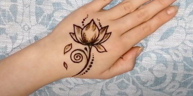 Рисунки хной на руке: изобразите опавшие лепестки