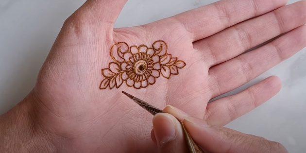 Рисунки хной на руке: нарисуйте завитки и ветки