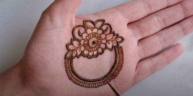 Рисунки хной на руке: наметьте круги
