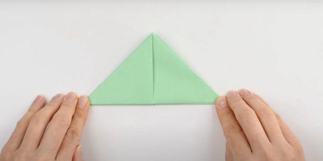 Как сделать кораблик из бумаги: сделайте треугольник