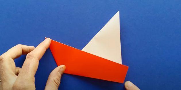 Как сделать кораблик из бумаги: выверните борта в обратную сторону