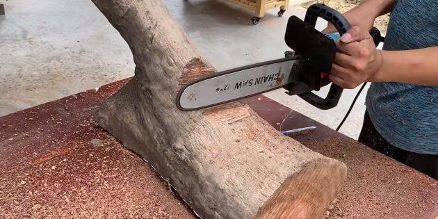 Как сделать скамейку своими руками: на обеих деталях основания с помощью пилы вырежьте небольшие выступы