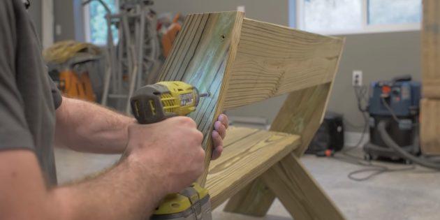 Как сделать скамейку своими руками: прикрепите верхнюю доску спинки, зафиксировав её парой шурупов на каждом стыке