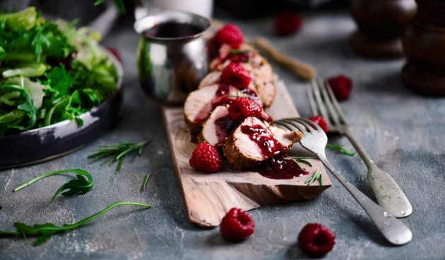 Запечённая в духовке свиная вырезка с малиновым соусом