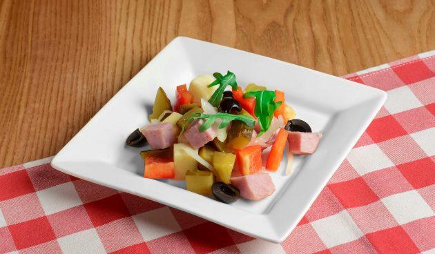 Салат из ветчины с огурцами и сладким перцем