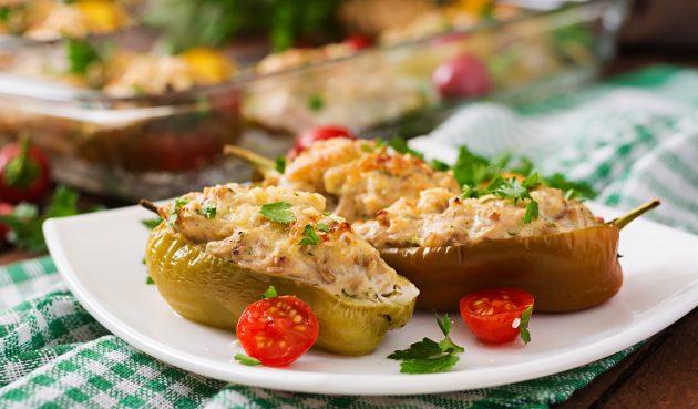 Перцы, фаршированные индейкой и овощами