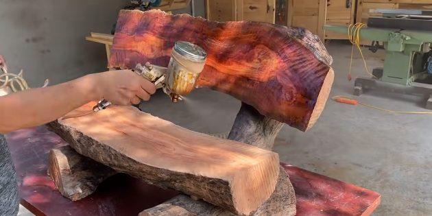 Как сделать скамейку своими руками: покройте законченное изделие маслом, лаком или краской для более опрятного вида и защиты от влаги.