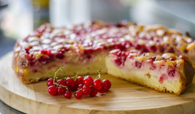 Творожный пирог со смородиной