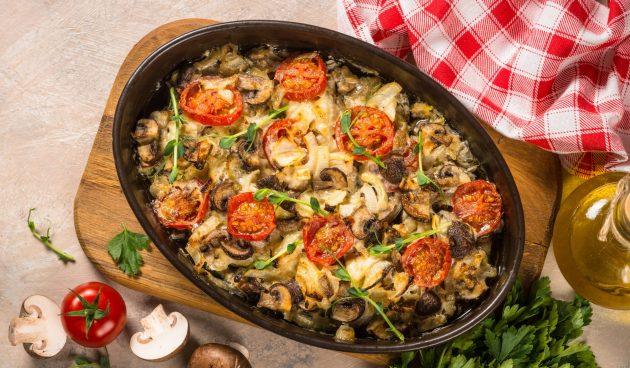 Свинина, запечённая с грибами, помидорами и луком