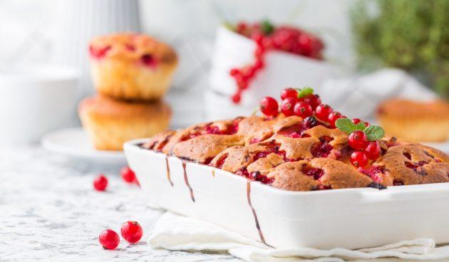 Сметанный пирог с красной и чёрной смородиной
