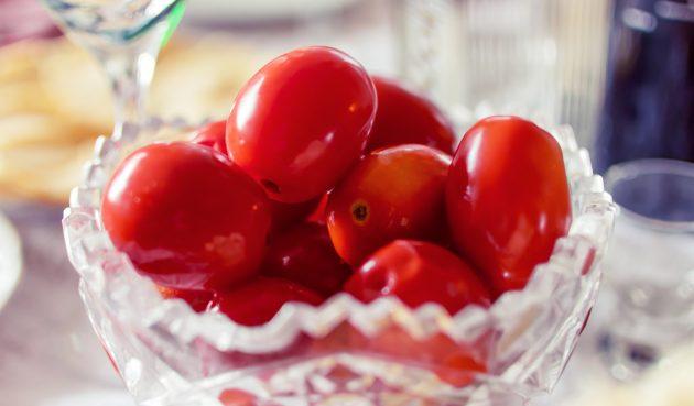 Пикантные малосольные помидоры с гвоздикой и кориандром