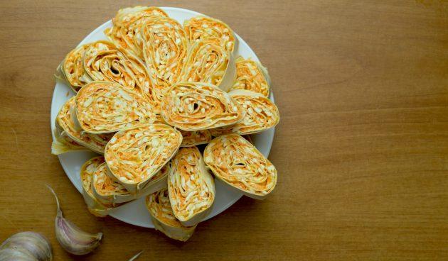 Рулетики из лаваша с морковью, сыром и яйцами