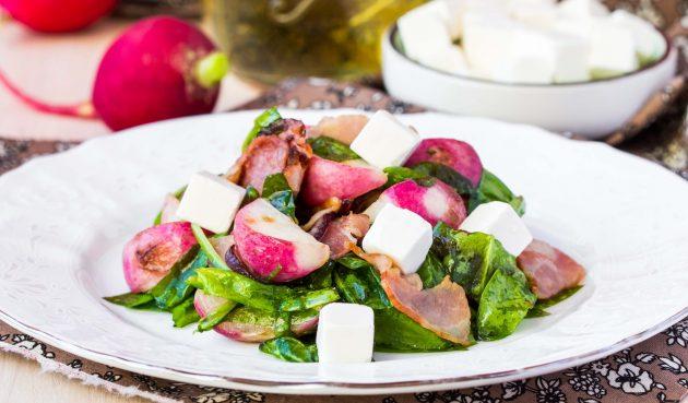 Тёплый салат с редисом и подрумяненным беконом