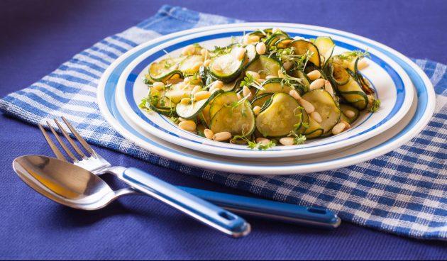 Салат с жареными кабачками и кедровыми орешками