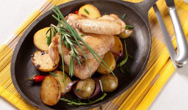 Куриные крылышки, запечённые в духовке с молодой картошкой