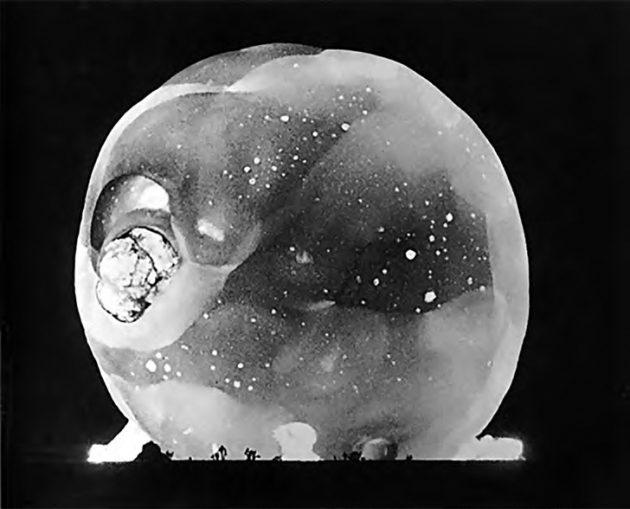 Первый в истории атомный взрыв, произведённый в 1945г.