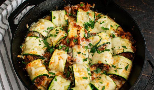 Рулетики из кабачков с фаршем, сыром и томатным соусом