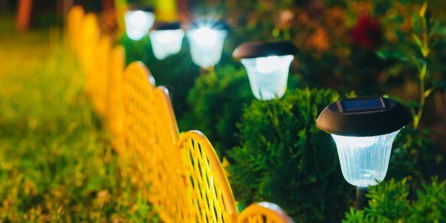 Дачные лайфхаки: установите садовое освещение, работающее от солнца